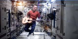 Astronot Chris Hadfield merilis video istimewa yang dibuat di luar angksa - exnim.com