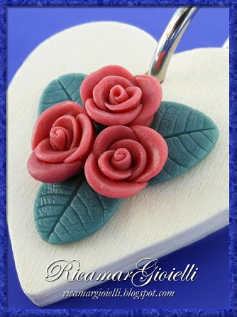Rose in pasta di mais su portachiavi in legno