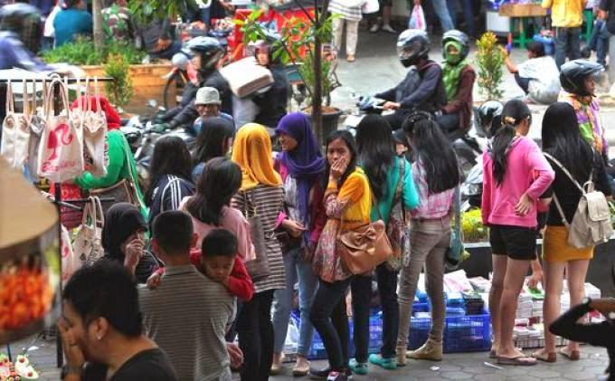 Pembeli PKL di Kota Bandung