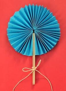 http://lasmanualidades.imujer.com/6704/como-hacer-abanicos-de-papel