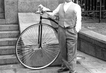 Porque o velocípede tinha uma enorme roda dianteira?