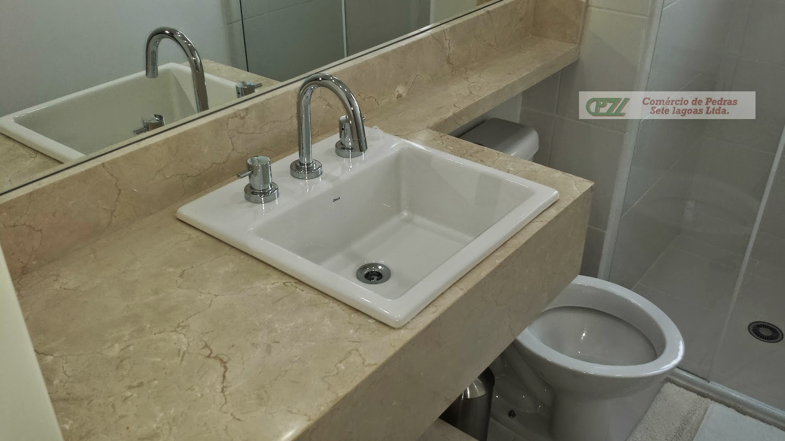 Mármore Crema Marfil continuando sobre a caixa acoplada do vaso #595241 1600x900 Bancada Banheiro Marmore Travertino