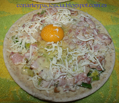 Pizza de puerro, beicon, miel y huevo