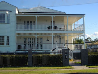 Posie blogs things i 39 m loving 39 the mighty queenslander 39 for Homes with verandahs all around