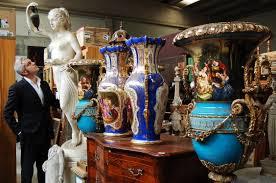 Antiquario  ovvero colui che vende mobili antichi