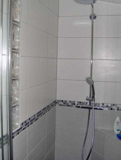 Frise Salle De Bain Mosaique : Salle de bain avec une frise de mosaïque et douche en mosaïque noire