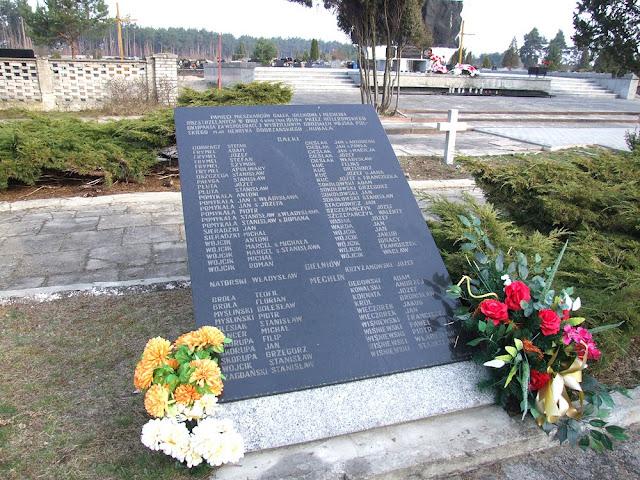 Symboliczna mogiła mieszkańców wsi Gałki, Mechlin i Gielniów na cmentarzu Firlej pod Radomiem