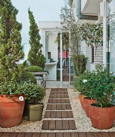 horta e jardim juntos: jardim com ares mediterrâneos, marcado por ramagens verde-oliva e