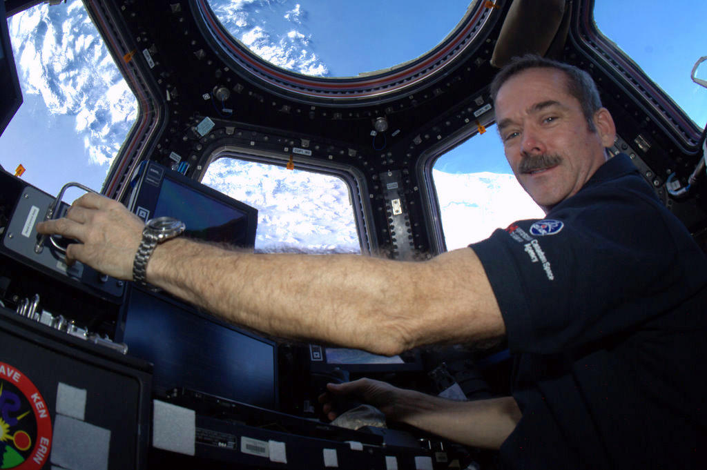 chris hadfield tweets awesomeness from space station