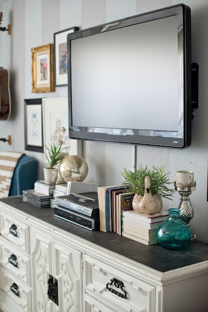domestic fashionista styling a modern gallery wall. Black Bedroom Furniture Sets. Home Design Ideas