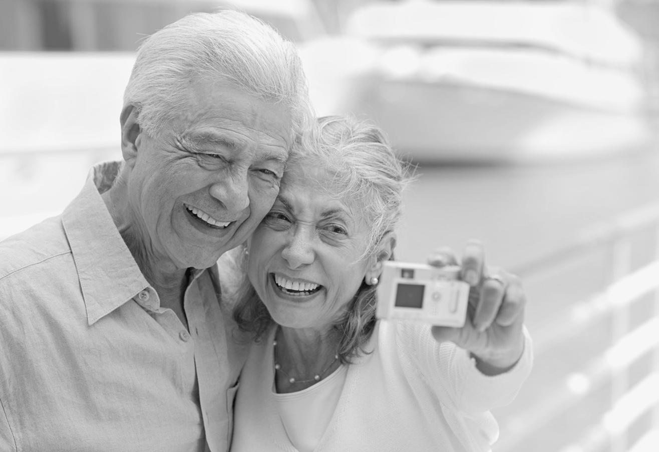 Jeune femme dans les mains dun vieux couple -