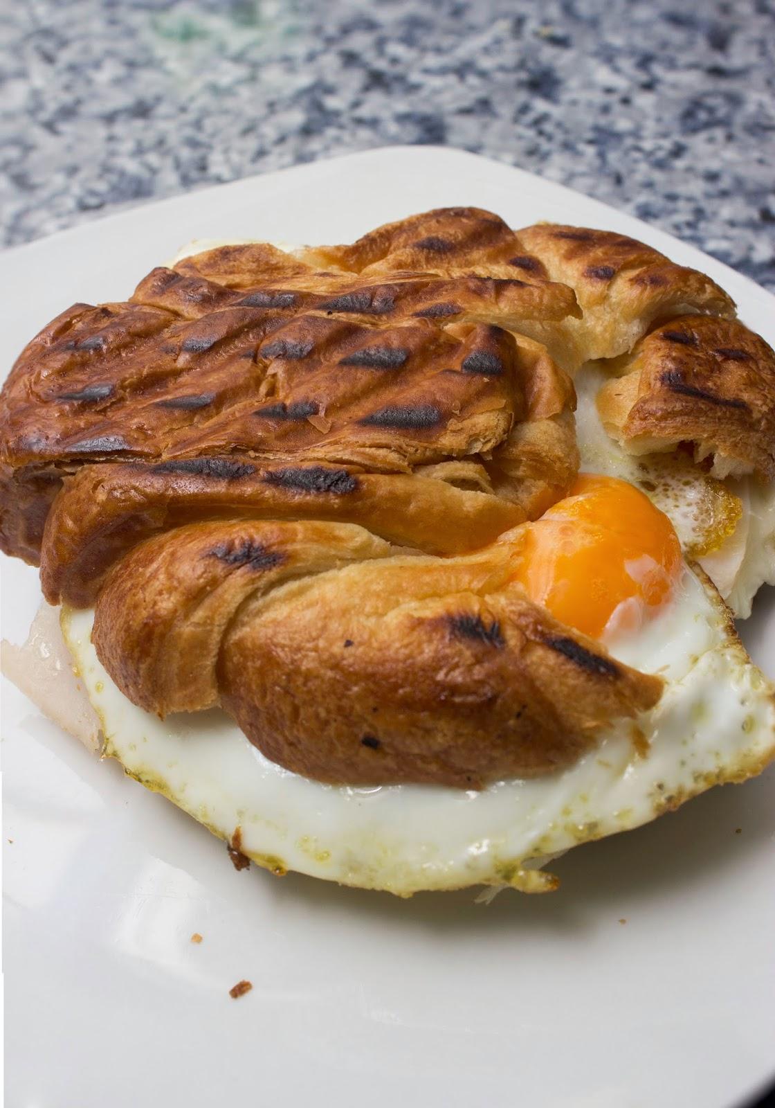 http://elbauldelasdelicias.blogspot.com.es/2014/02/croissant-mixto-huevo.html