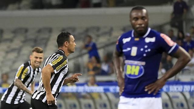 Artilheiro isolado do Brasileirão, com 12 gols, Ricardo Oliveira marcou mais uma vez em belo chute de fora da área e garantiu a primeira vitória santista longe de casa
