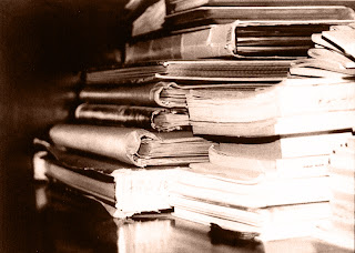 Black and white picture of old books (good book review websites)