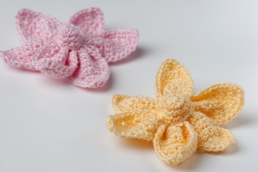 Crochet Flower Pattern Thread : Yarn Twist: Crochet Cute Little Flower - Free Pattern