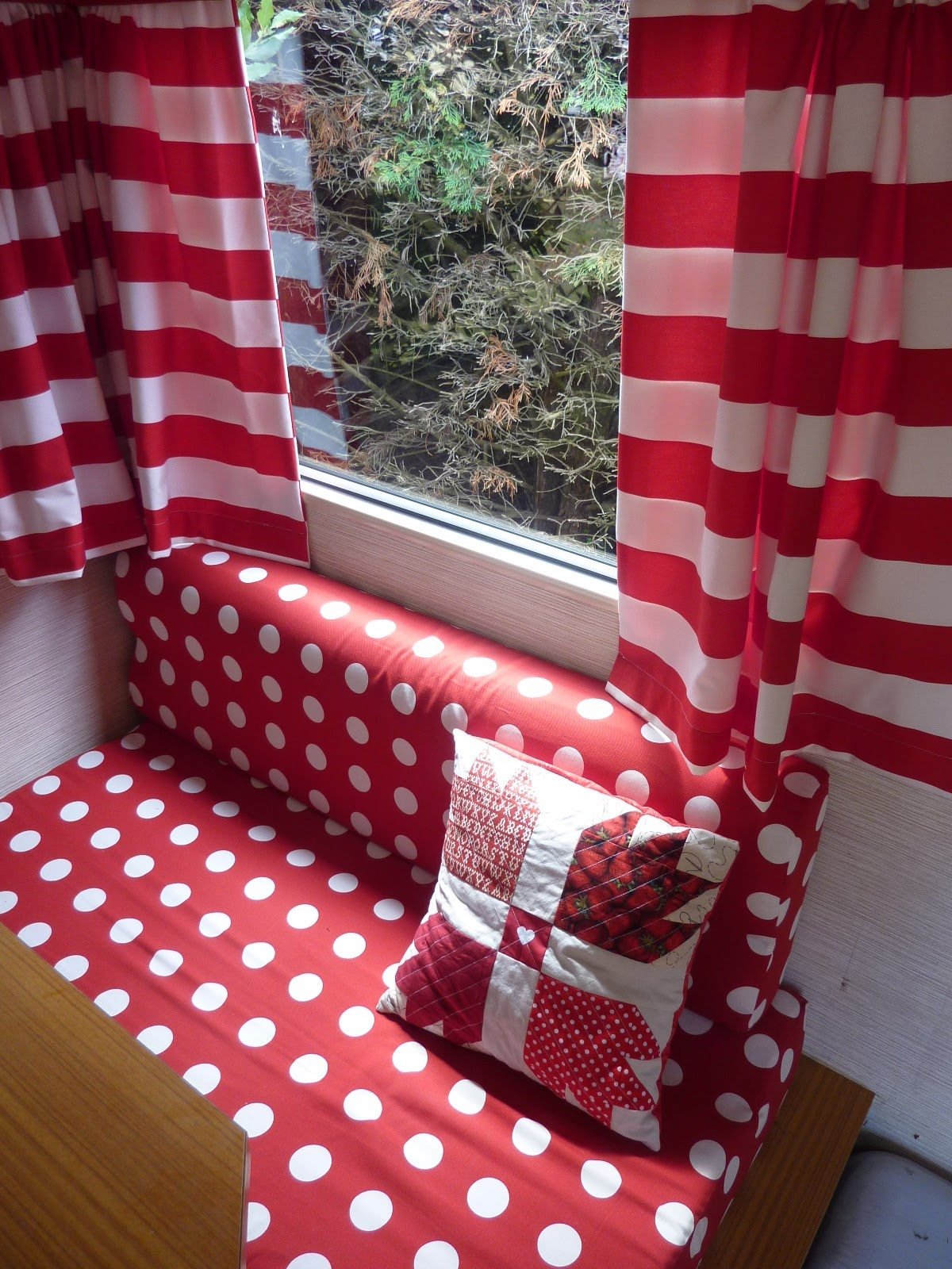 la famille cr ative pimp my caravane pisode 4 rideaux. Black Bedroom Furniture Sets. Home Design Ideas