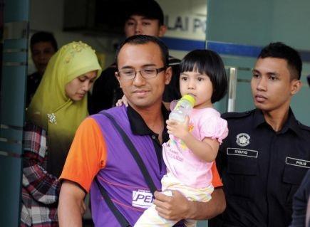 Gambar Aisyah Dibawa Keluar Balai Polis