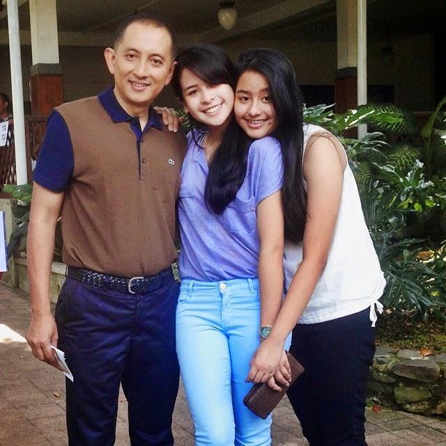 foto maudy ayunda bersama keluarga