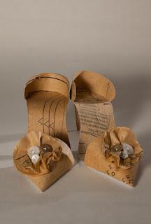 zapatos realizados con papel