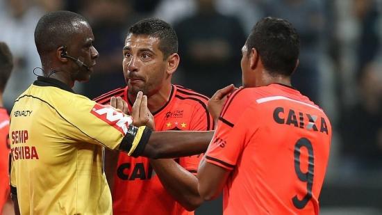 Jogadores do Sport reclamaram muito de pênalti marcado para o Corinthians em jogo da 18ª rodada
