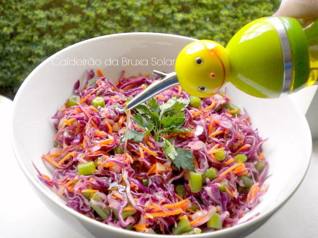 Salada de repolho roxo, vagem e cenoura