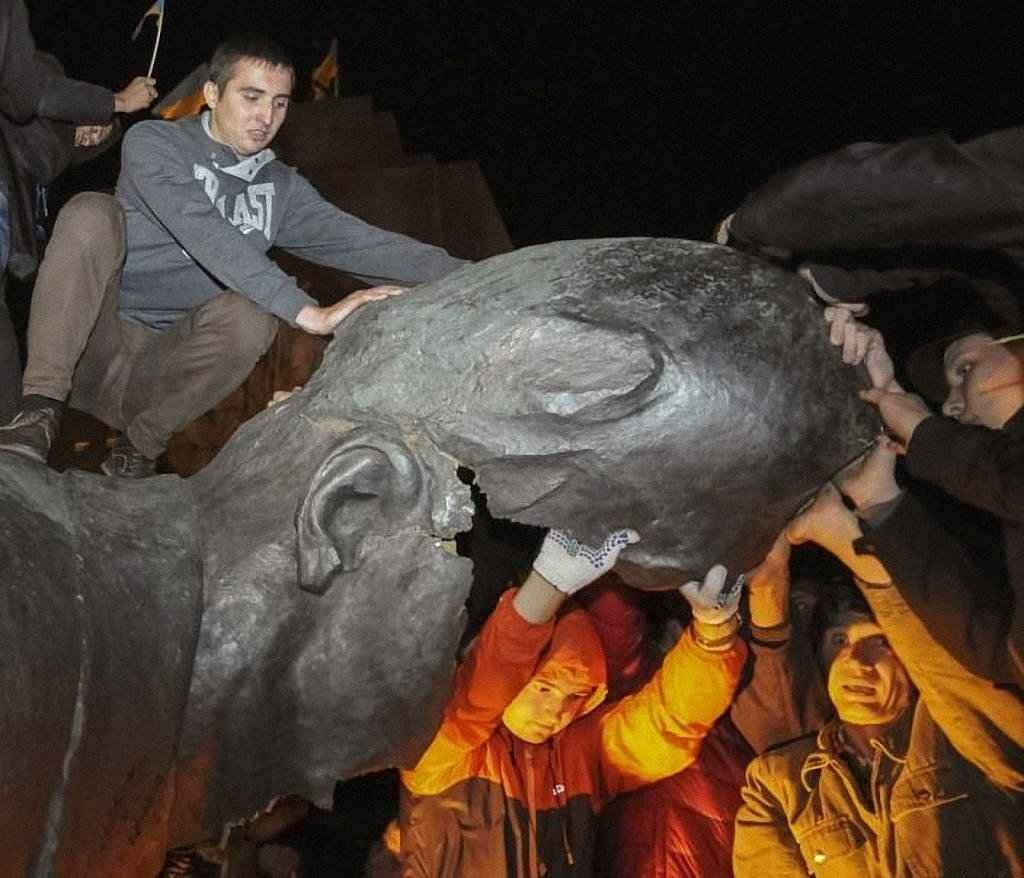 Jovens completam a destruição da maior estátua de Lenine na Ucrânia
