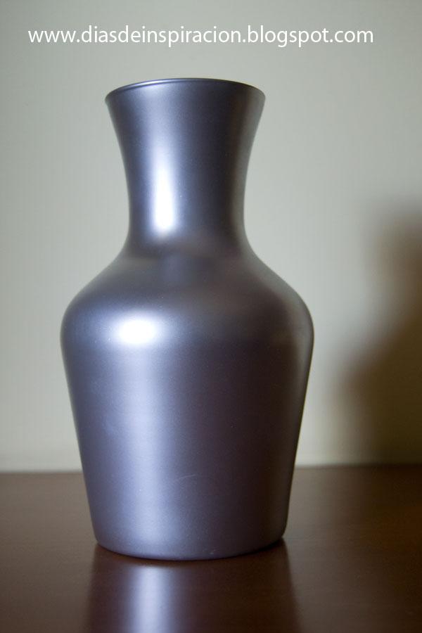 en el cristal decid probar a pintar el jarrn de cristal con pintura en spray de color plateado y el resultado obtenido ha sido este