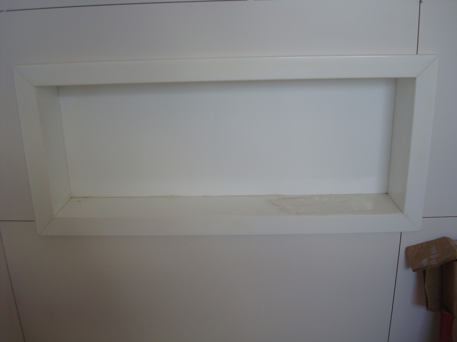 Bancada de Nanoglas as emendas estão protegidas por fita crepe pra  #40342F 1600x1200 Bancada Banheiro Material