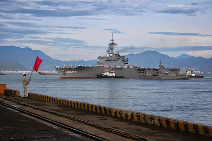 JAPAN'S AMPHIBIOUS TANK LANDING SHIP KUNISAK VISITS PORT IN VIETNAM