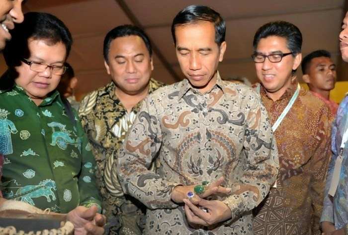Presiden Indonesia Joko Widodo Sedang Memperhatikan batu Akik