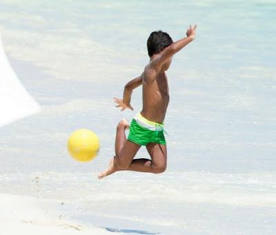 Main di Pantai, Anak Cristiano Ronaldo Pamer Skill