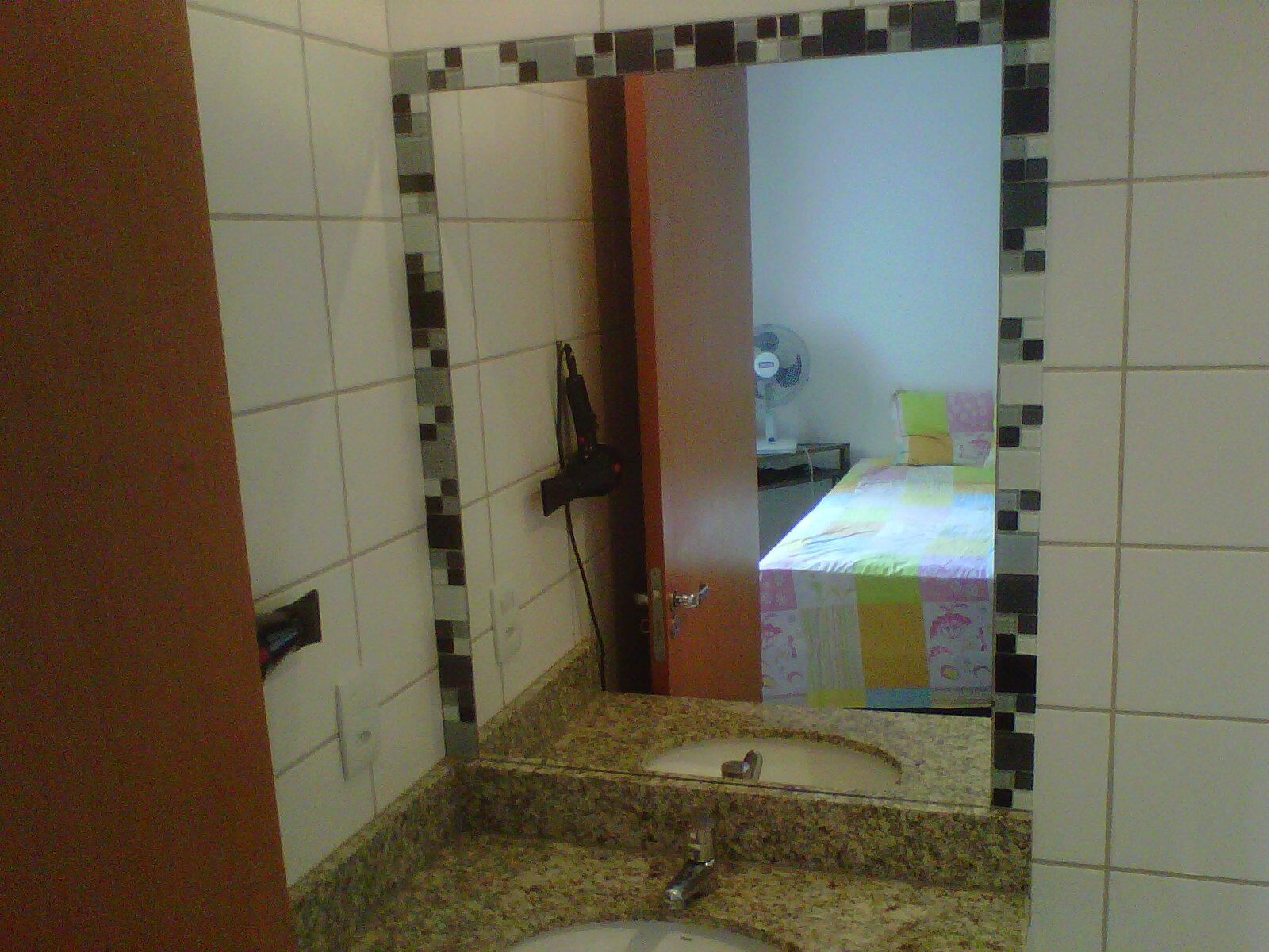 ESPELHOS COM DETALHES EM PASTILHA DE VIDRO NOS BANHEIROS #2589A6 1600x1200 Banheiro Com Pastilha De Vidro Transparente