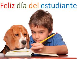 niño estudiando con su perro