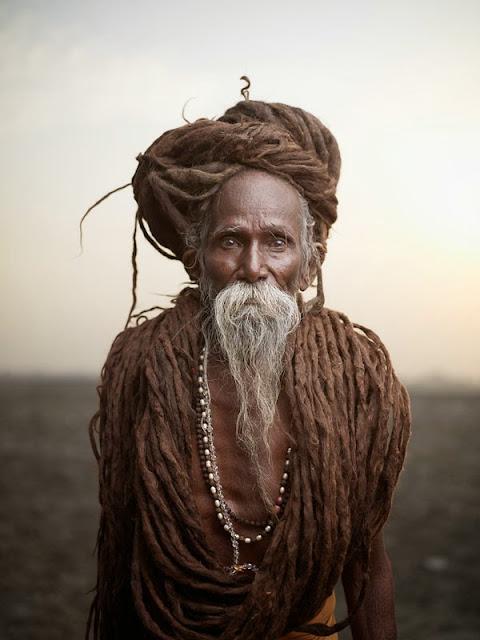 joey L photographe canadien photo de sadhu hommes sages de l'inde recouvert de cendre nu
