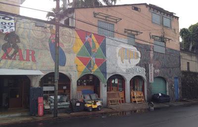 Bazar con fachada puntillista.