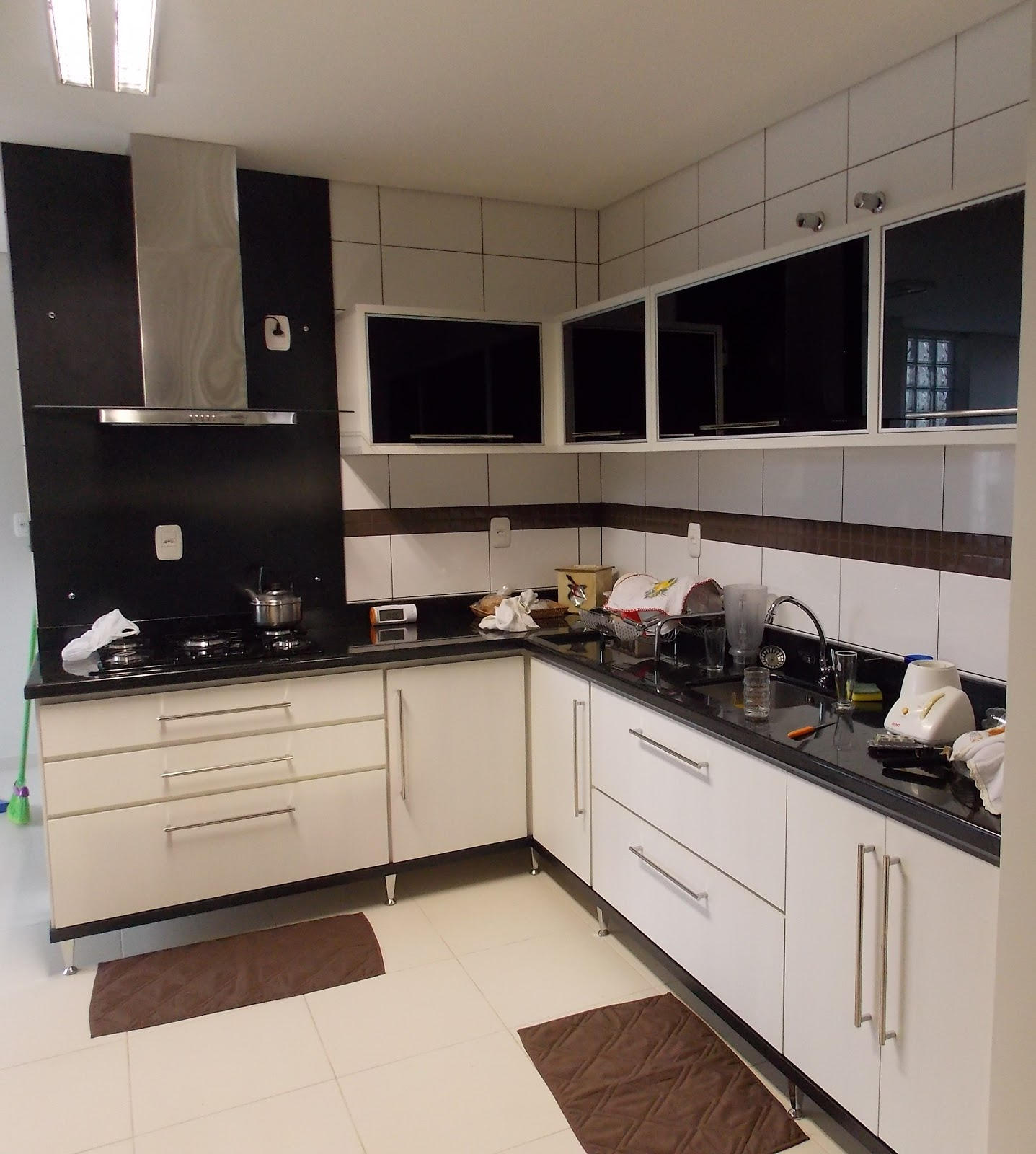 Cozinha com portas em vidro preto fogão 5 bocas e coifa. #604738 1437 1600