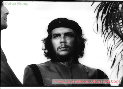 Che', described as a 'guerrilla hero', appears in a black beret with his face looking out, in a photograph taken by Alberto Korda on March 5, 1960. Guevara, 31 years old at that time, was attending a funeral for victims of an explosion at Coubre. The photo was published seven years later. The Art Institute of Maryland (USA) has called it 'the most famous photo and graphic icon of the twentieth century'.  Indeed, this photograph has been reproduced many times around the world and is considered one of the ten greatest photographic portraits of all time