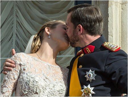 Целувката на Принц Гийом и принцеса Стефани от Люксембург