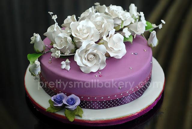 kek hantaran tema purple yang cantik