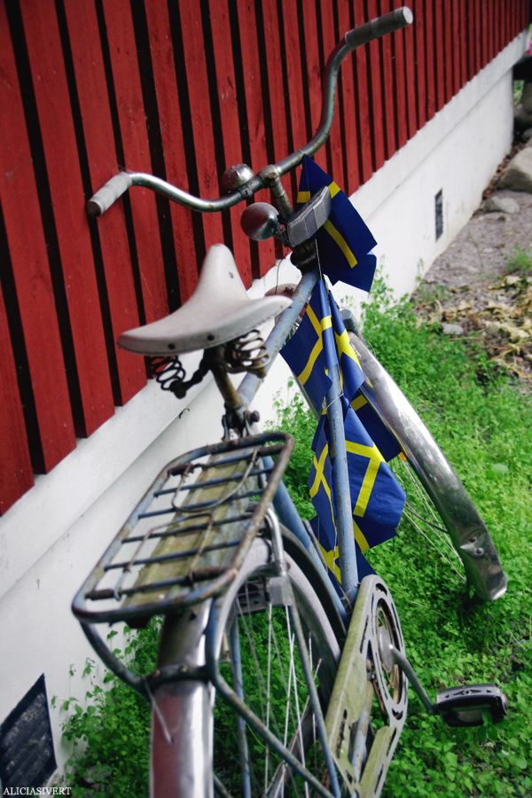 aliciasivert, alicia sivert, alicia sivertsson, midsommar, midsummer, cykel, svenska flaggan, swedish flag, bike