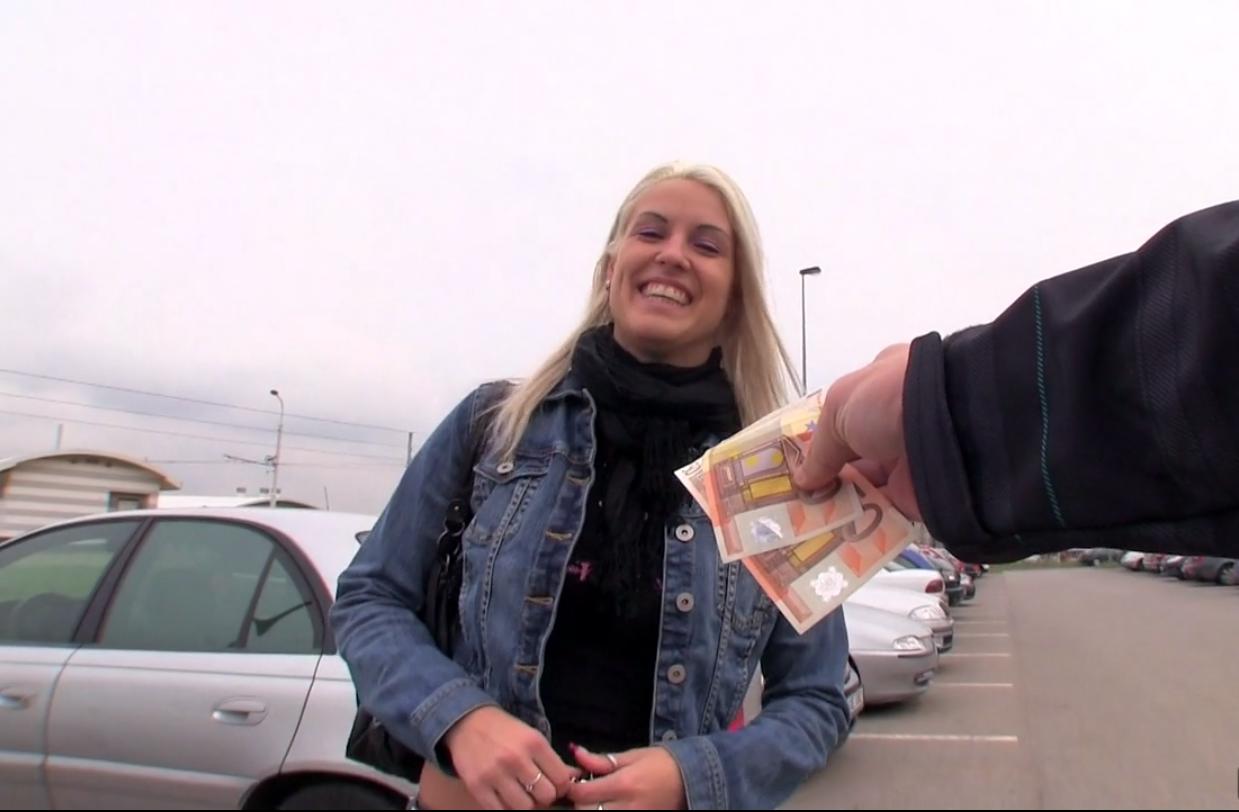 Para karşılığı ilişki yaşayan sarışın  Sürpriz Porno Hd
