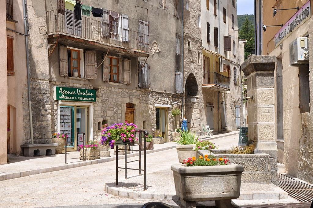 «Annot, vieille ville» par Alpes de Haute Provence — http://www.flickr.com/photos/alpesdehauteprovence-tourisme/4730022478/. Sous licence CC BY 2.0 via Wikimedia Commons - http://commons.wikimedia.org/wiki/File:Annot,_vieille_ville.jpg#mediaviewer/File:Annot,_vieille_ville.jpg