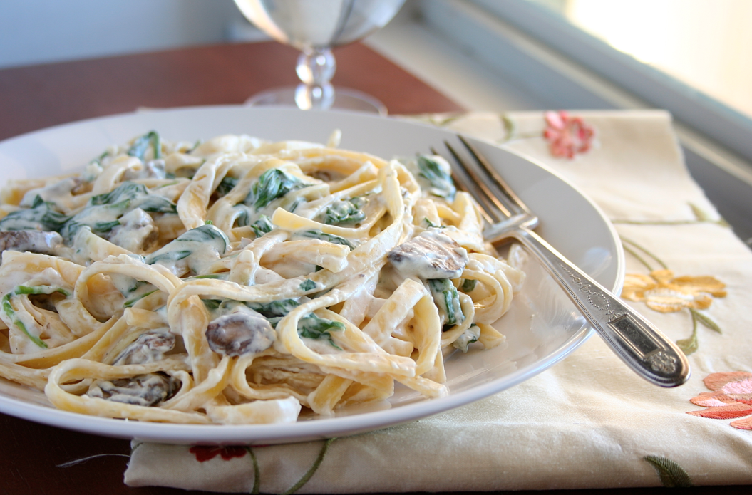 Mama Grubbs Grub: Fettuccine Alfredo with Mushrooms and Spinach