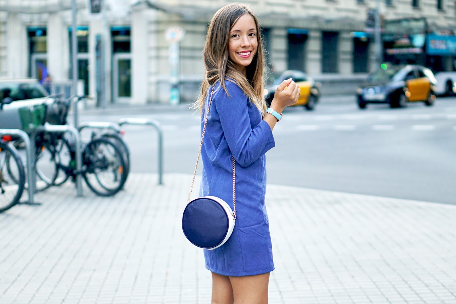 Tenue monochrome bleu