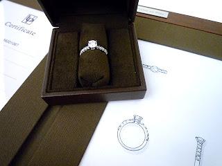 銀座ジュエリーサロンでリスタイル(リメイク)をしたリングを受け取る。