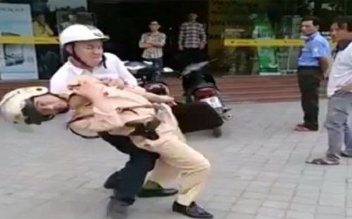 Gia Lai: Xe chở 3 tông văng CSGT, cào chảy máu cảnh sát cơ động