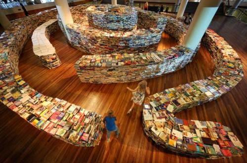 http://www.orbitdigital.net/article/labirin-ini-terbuat-dari-tumpukan-buku-lho