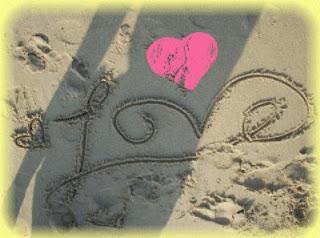 le mot love ecris sur le sable d'une plage