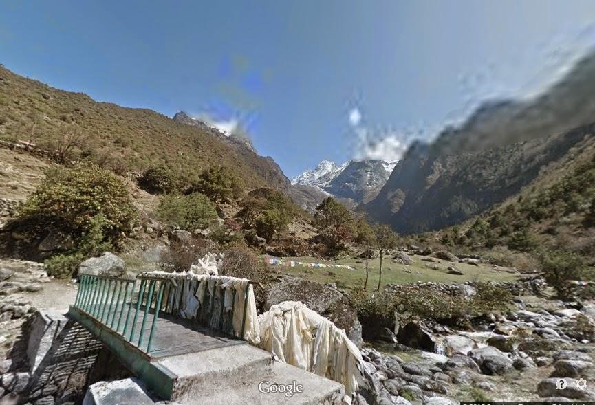 Passeio no vale perto do pico Everest