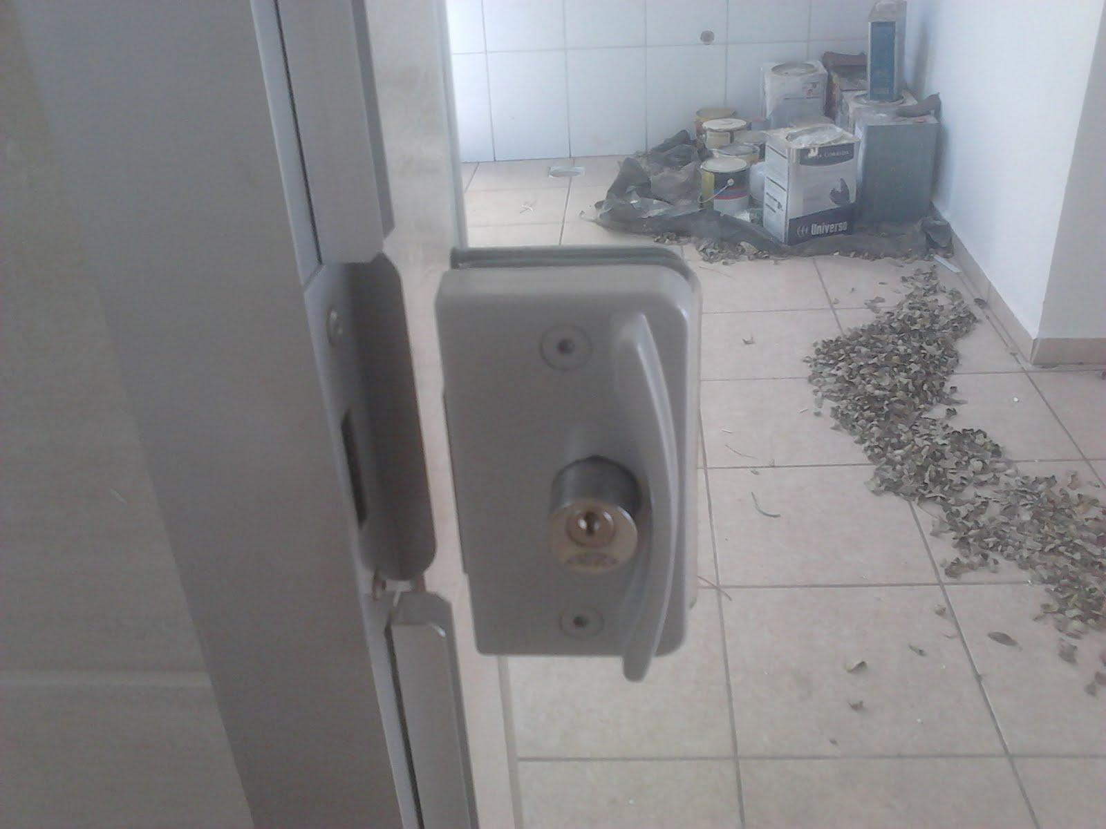Imagens de #596672 Porta com abertura pela alvenaria e seu fechamento feito com tubo no  1600x1200 px 2746 Box Banheiro Ourinhos